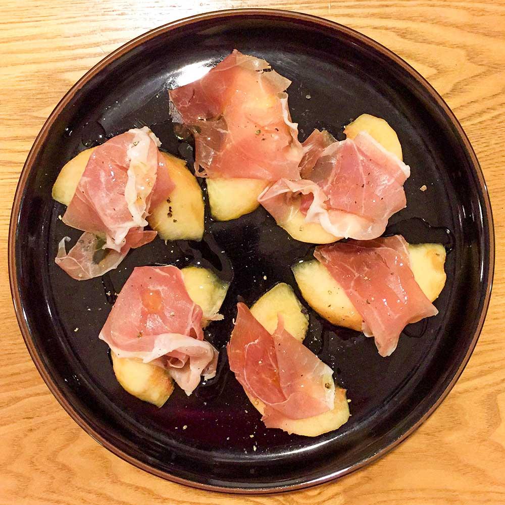 桃と生ハムのサラダ
