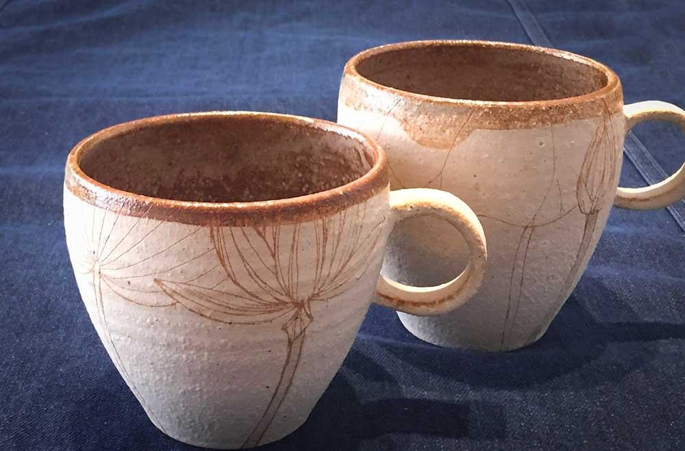 信楽焼大谷桃子さんのハスの花マグカップとハスのつぼみマグカップ